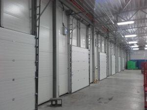 Industrie-Deckensektionaltore mit Hochsturzumlenkung
