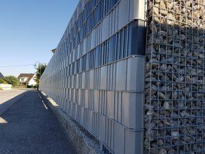 Drahtgitterzaun mit Sichtschutz-Streifen und Steinzaun
