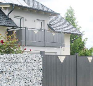 Zaunanlage und Geländer aus Aluminium-Lattenfüllung mit Dekorelement